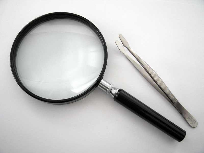 Magnifying_glass_and_stamp_tong