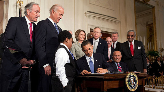 800px-obama_signs_health_care-20100323