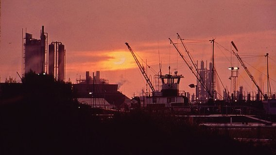 800px-sunset_over_olin-mathieson_plant2