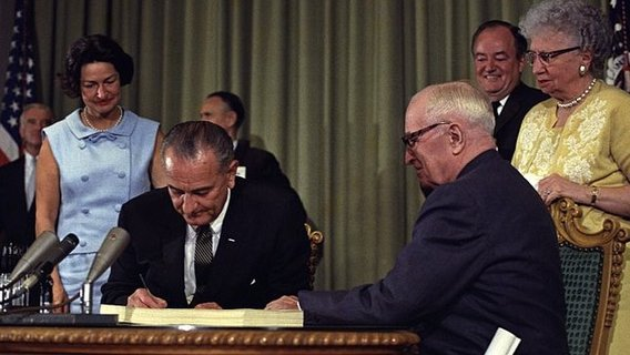 800px-lyndon_johnson_signing_medicare_bill__with_harry_truman__july_30__19652