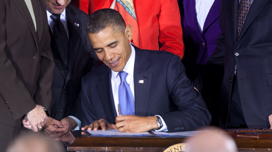 Obama_signs_dadt_repeal