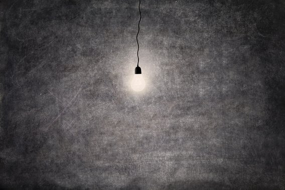 Light_bulb_in_darkness