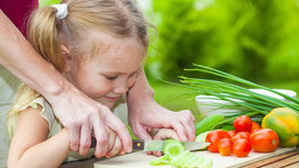 Child_chopping_veggies