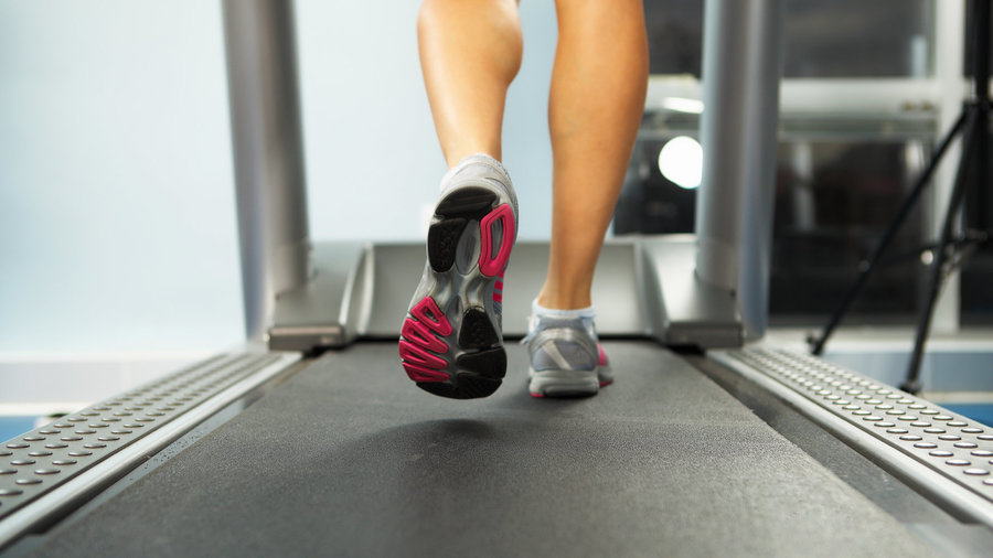 Woman_walking_on_treadmill