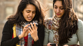 Friends_on_phones