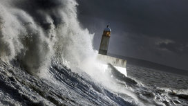 Wave_hitting_lighthouse
